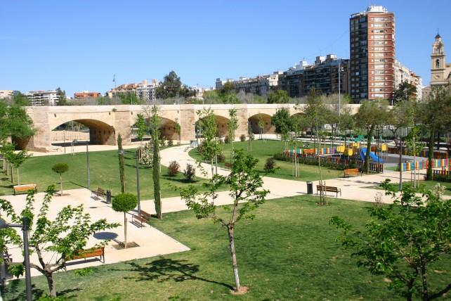 Most w parku nad rzeką, której nie ma
