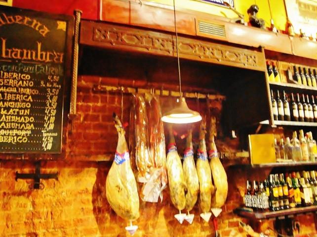 W hiszpańskim barze, wiszące szynki