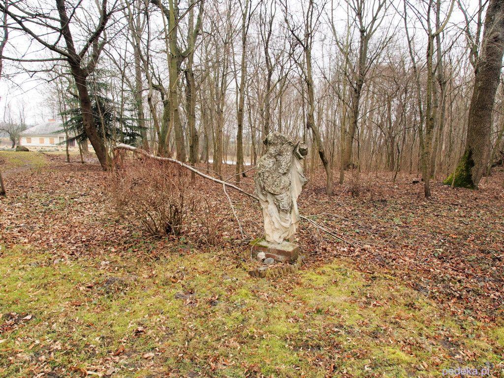 Skansen w Suchej, rzeźba w parku