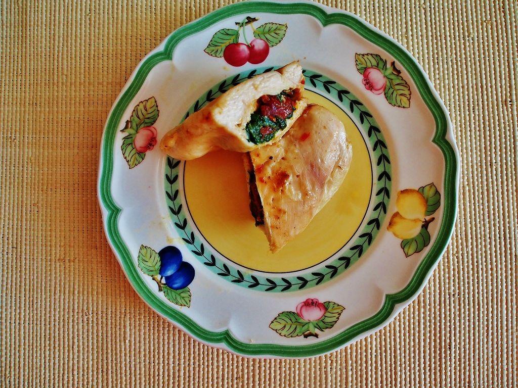 Pierś kurczaka faszerowana szpinakiem i suszonymi pomidorami
