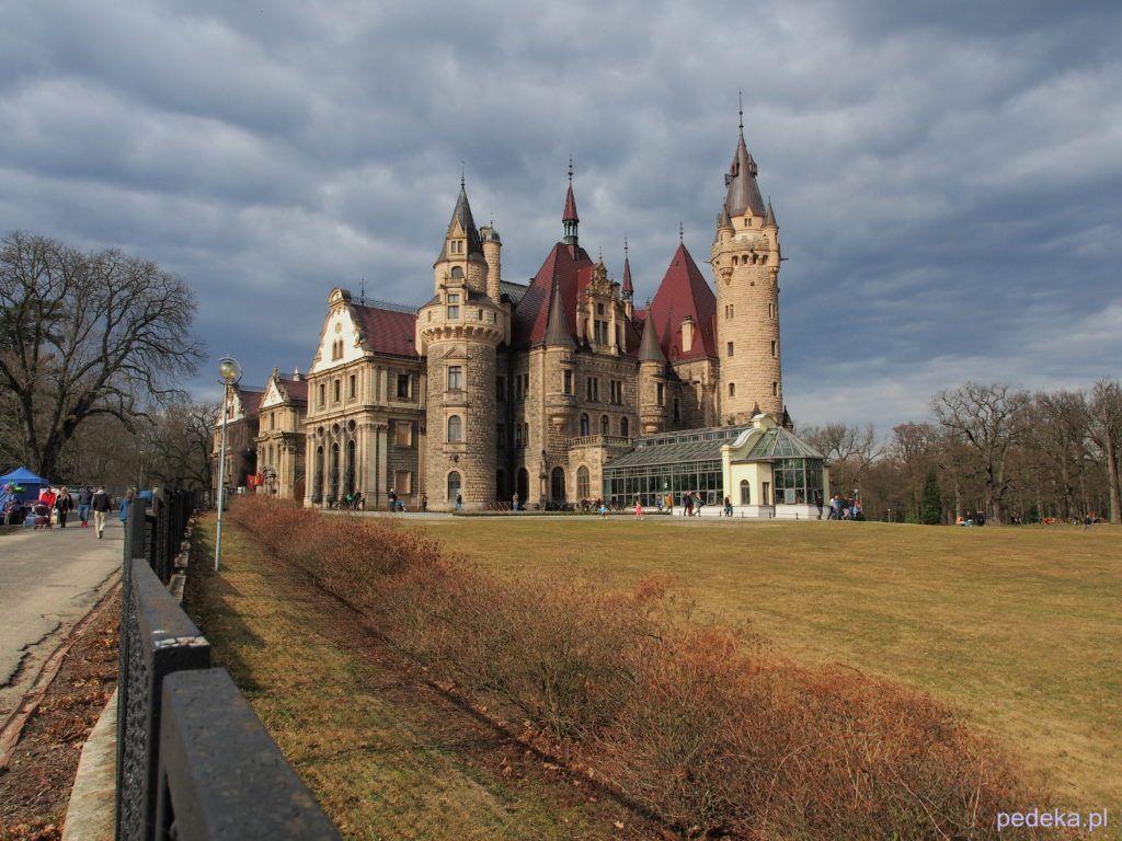 Zwiedzanie pałacu w Mosznej