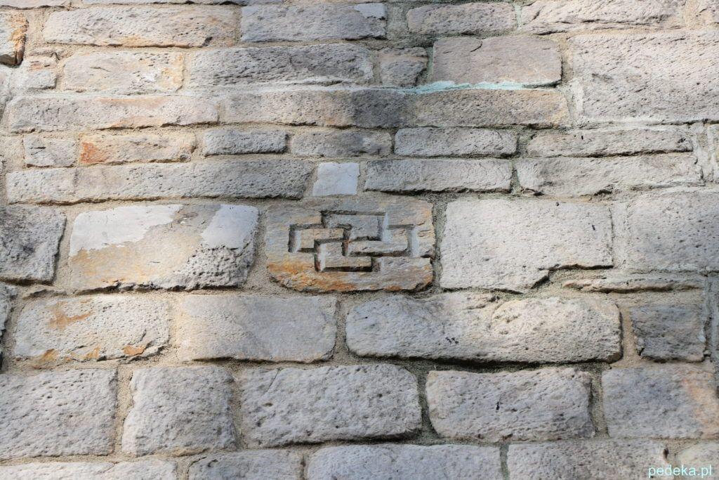 Swastyka na murze
