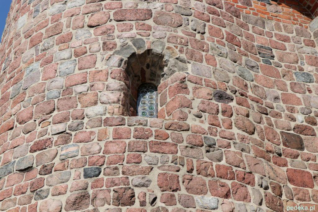 Solidne mury i małe okienko