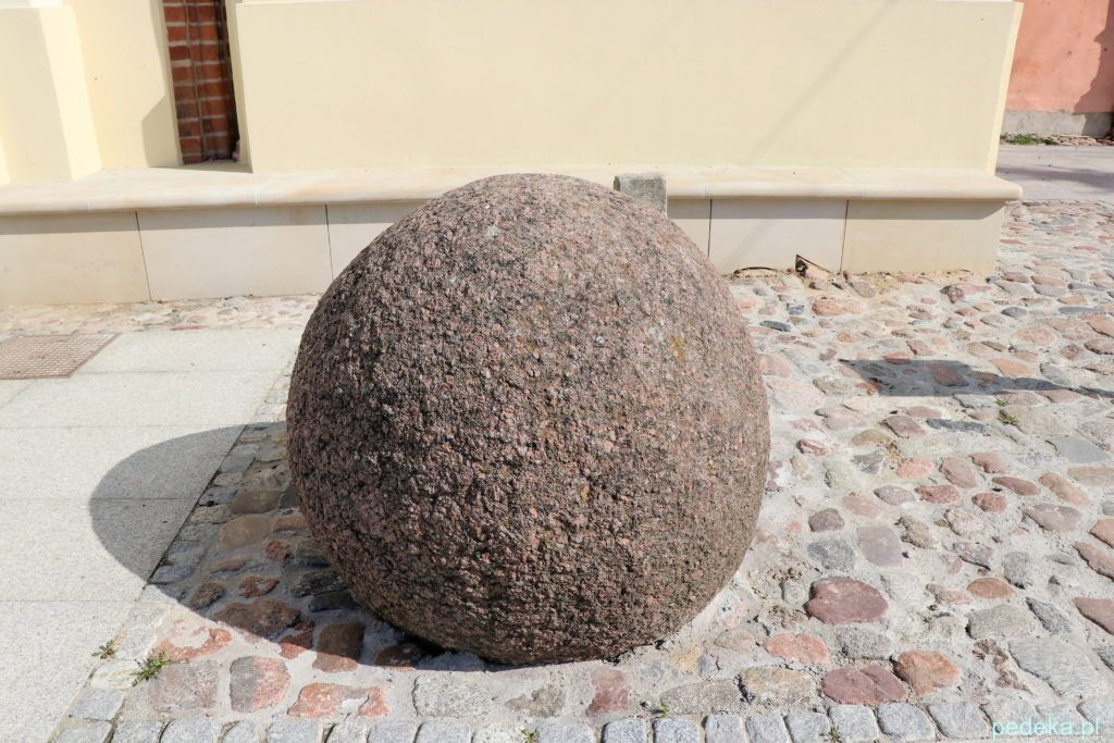 Jeden z kamieni, ten okrągły, który mnie zainteresował