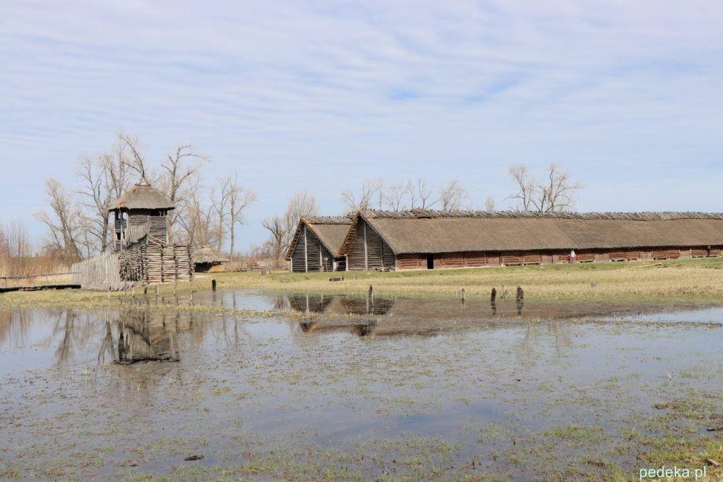 Biskupin Widok na osadę, a z wody wystają stare pale