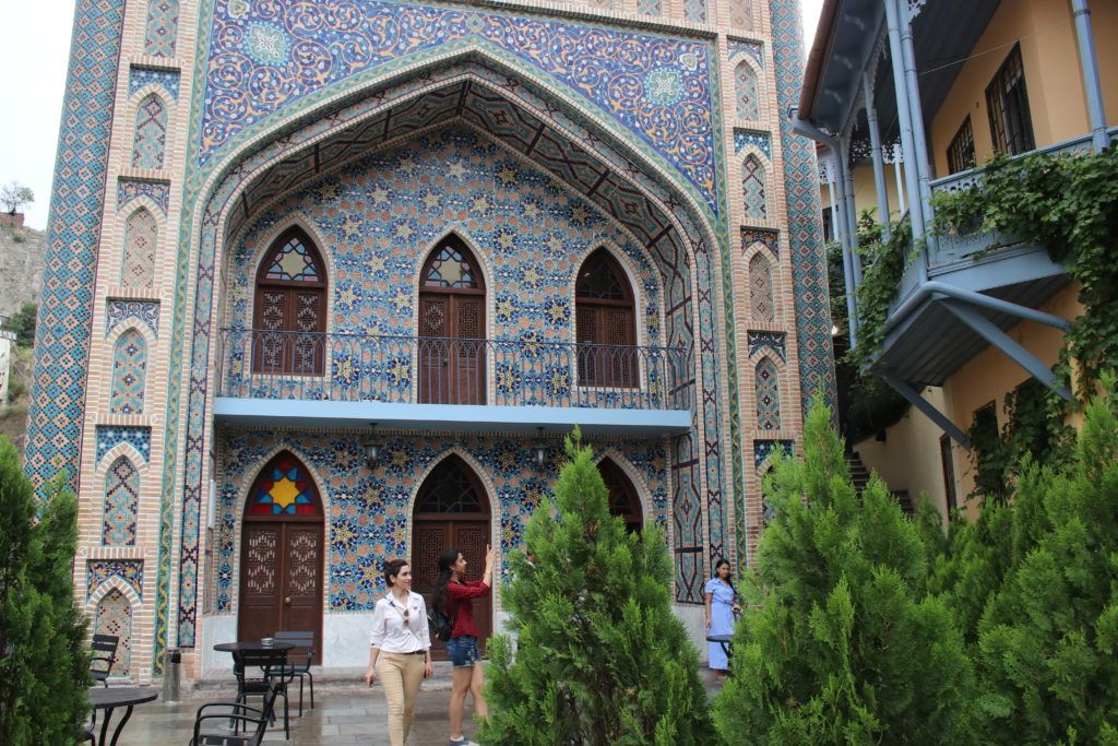 Łaźnia w Tbilisi udekorowana kolorowymi kafelkami
