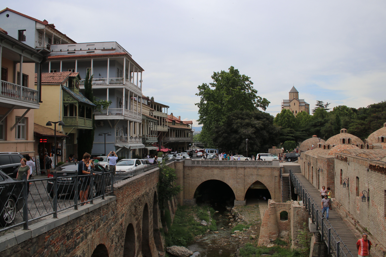 Uliczka z knajpkami w Tbilisi