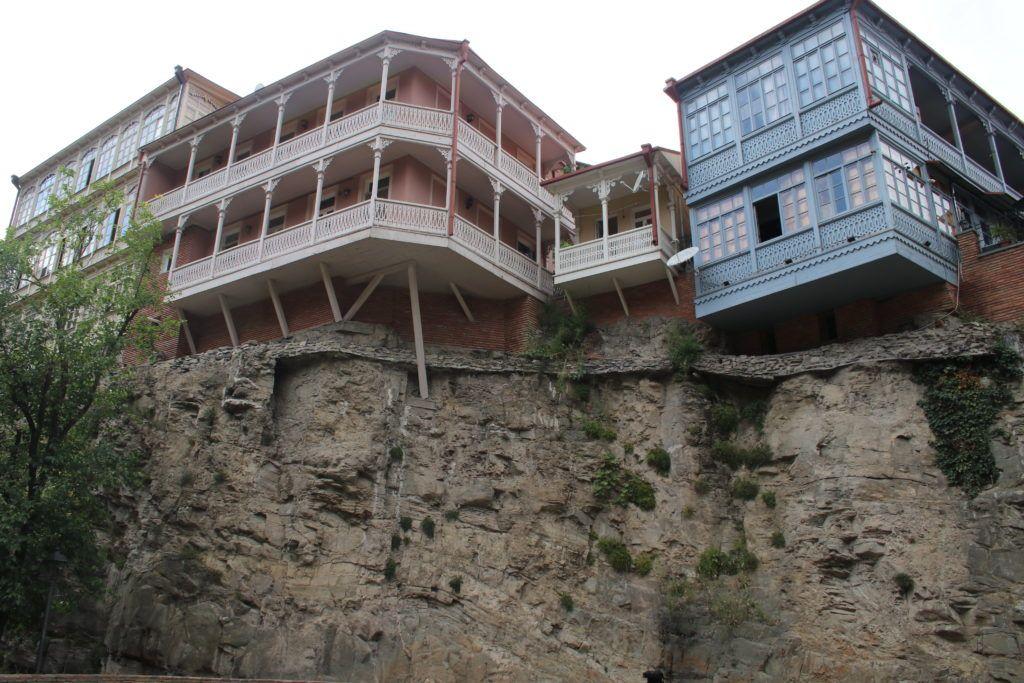 Domy na skałach w Tbilisi