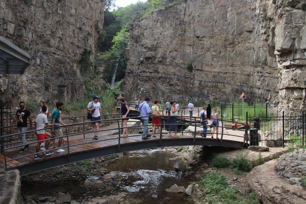Kładki prowadzące do wodospadu w Tbilisi