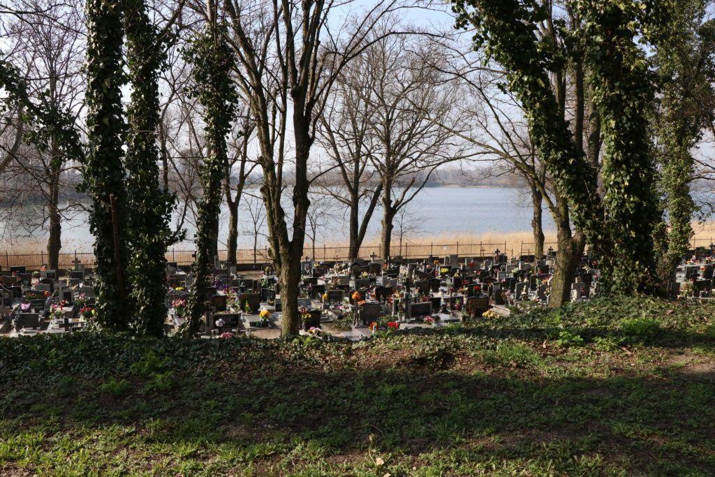 Cmentarz z widokiem na jezioro