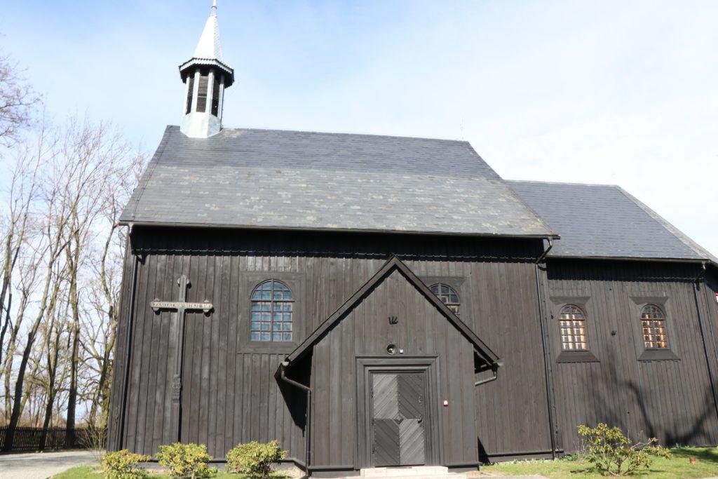 Okolice Gąsawy. Kościół z zewnątrz
