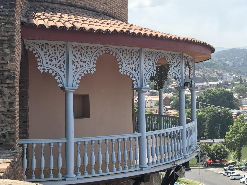 Drewniane rzeźbione detale w domu w Tbilisi