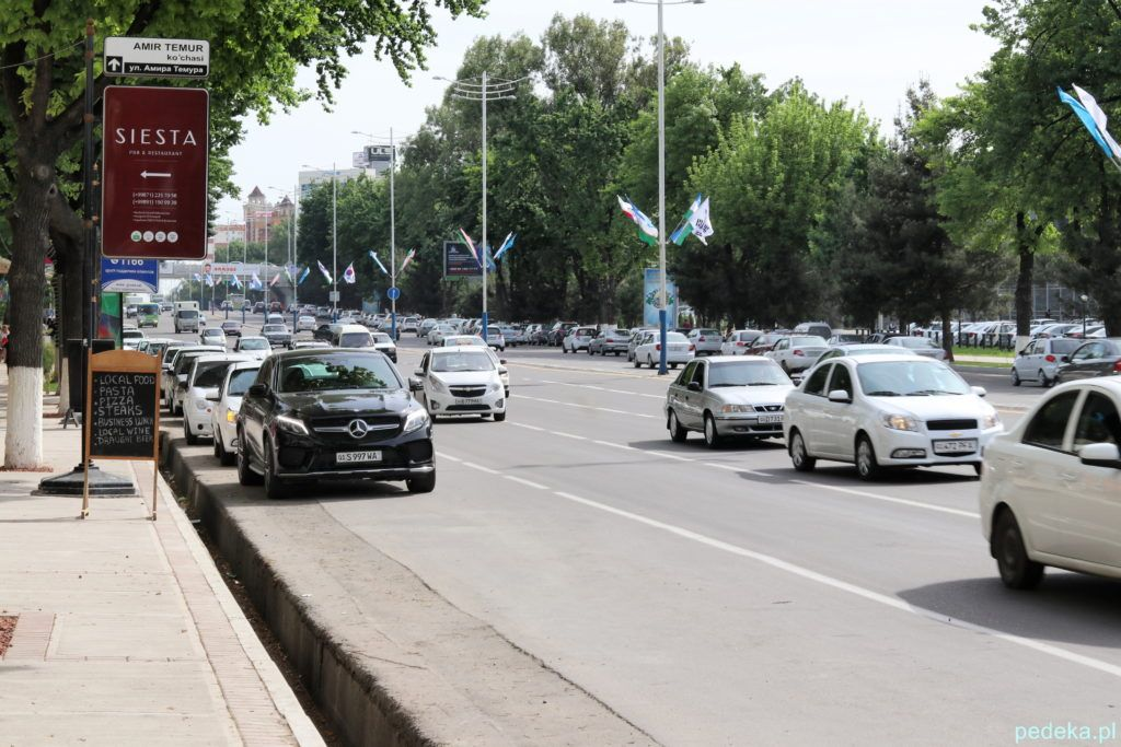 Ulica Timura i jakiś zawieruszony mercedes