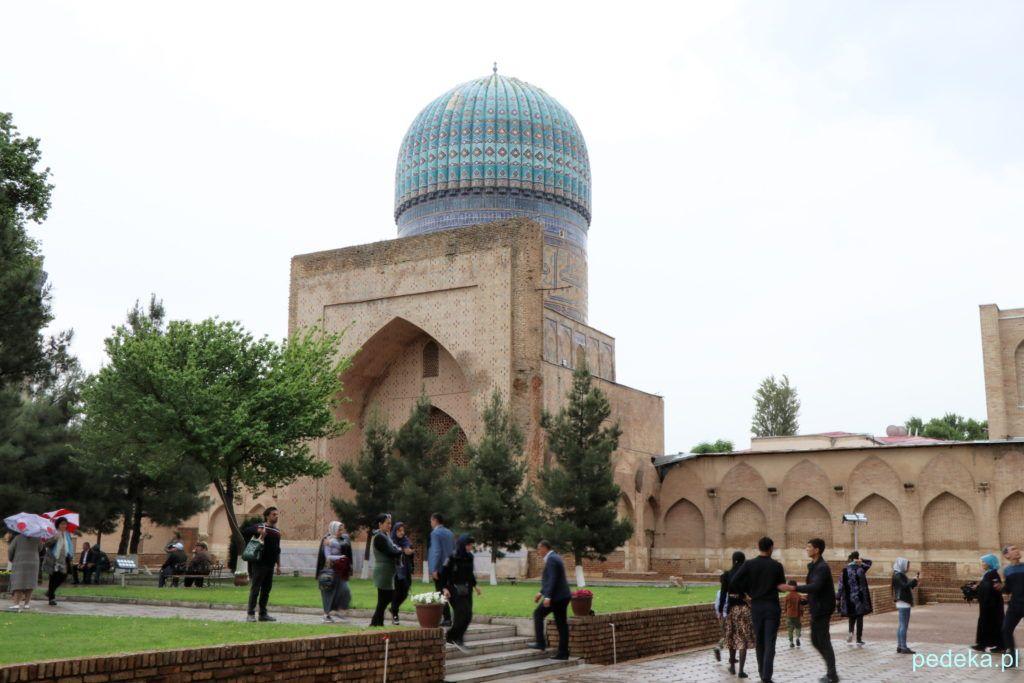 Na dziedzińcu meczetu