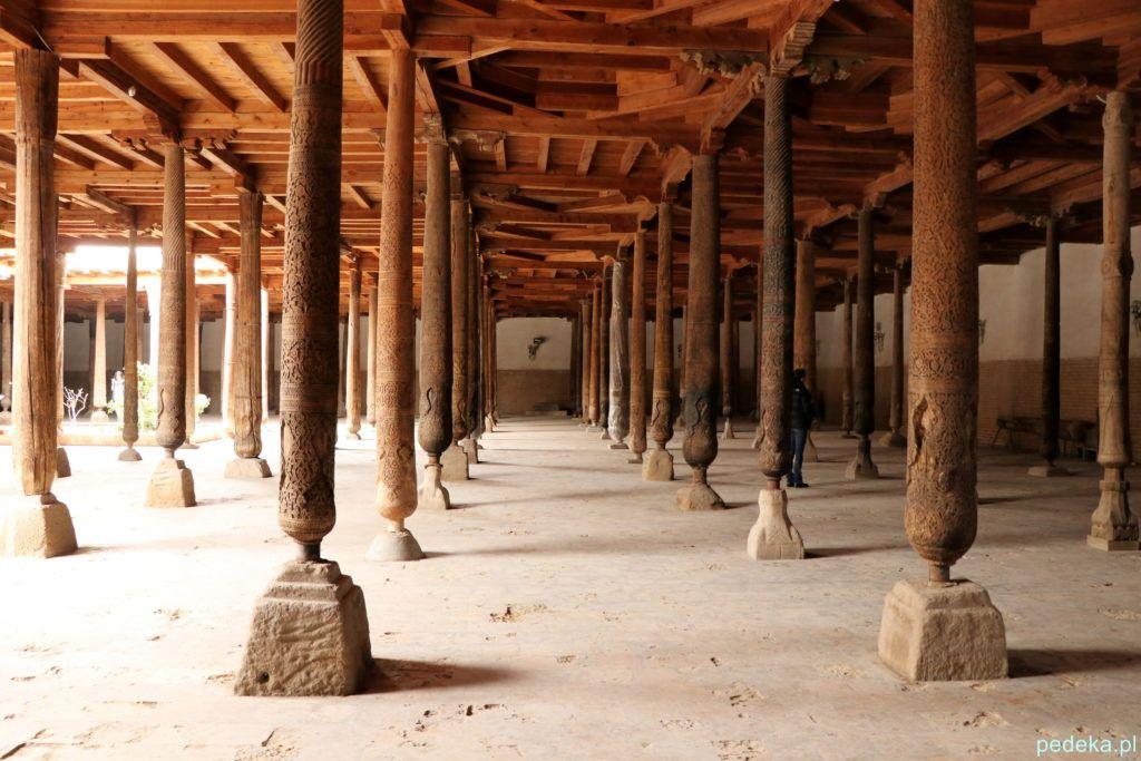 Jeszcze trochę drewnianych kolumn w meczecie