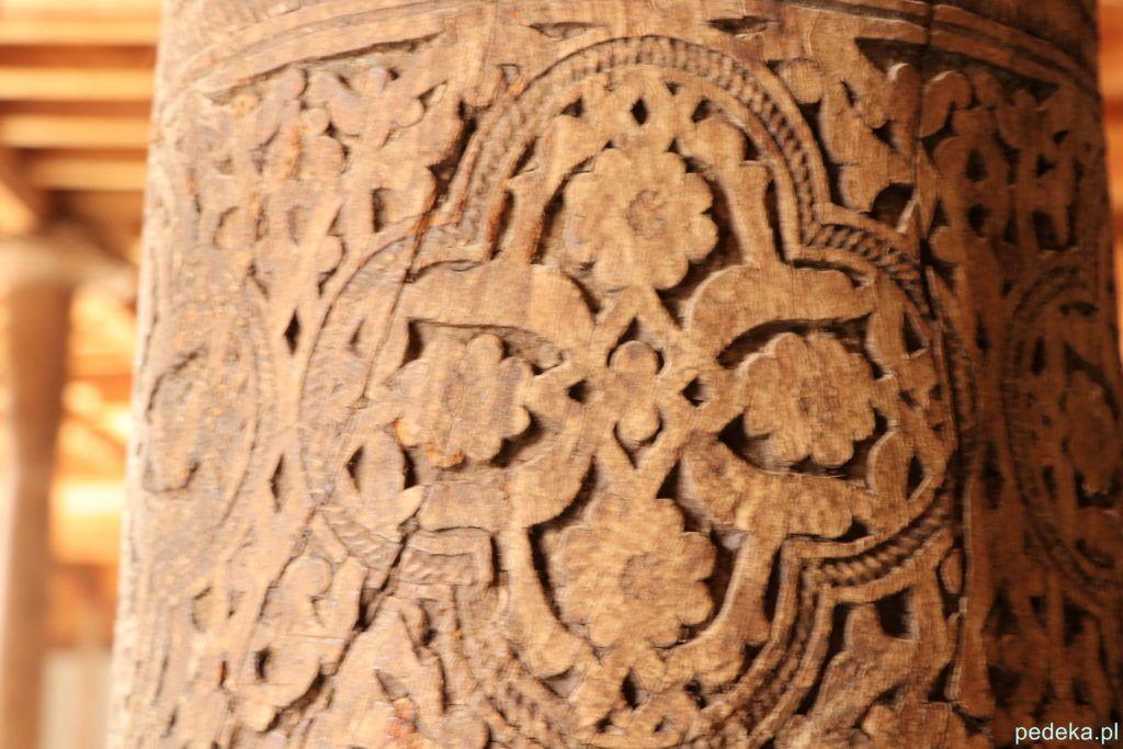 Zwiedzanie Chiwy. Drewniana kolumna z bliska