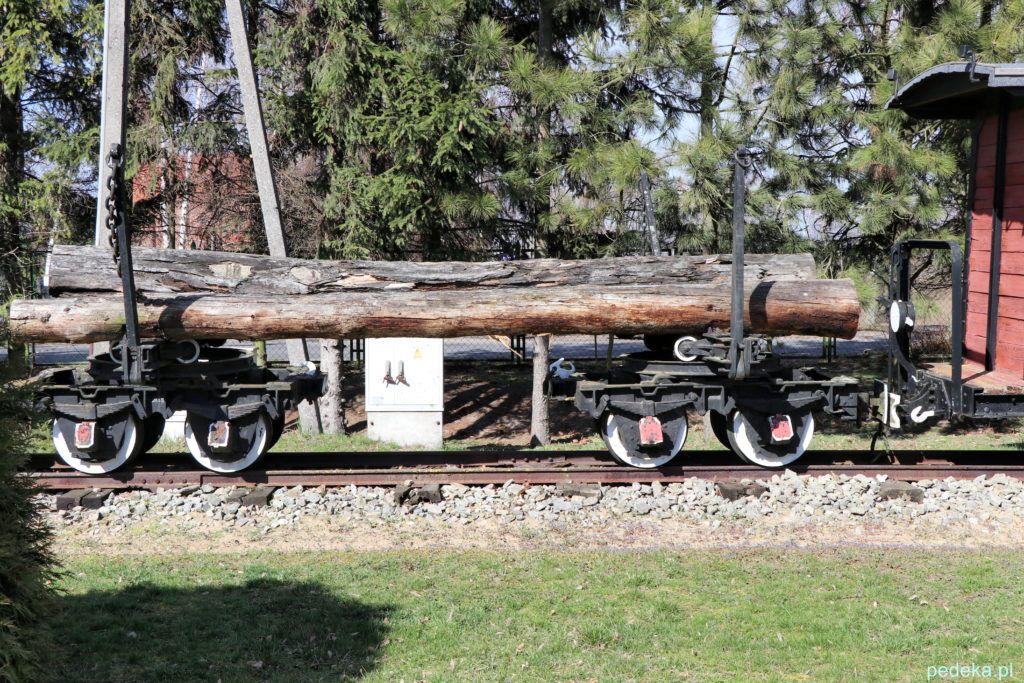 Wagon z drewnem