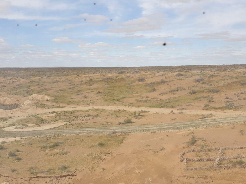 Pustynia, zdjęcie zrobione przez brudną szybę