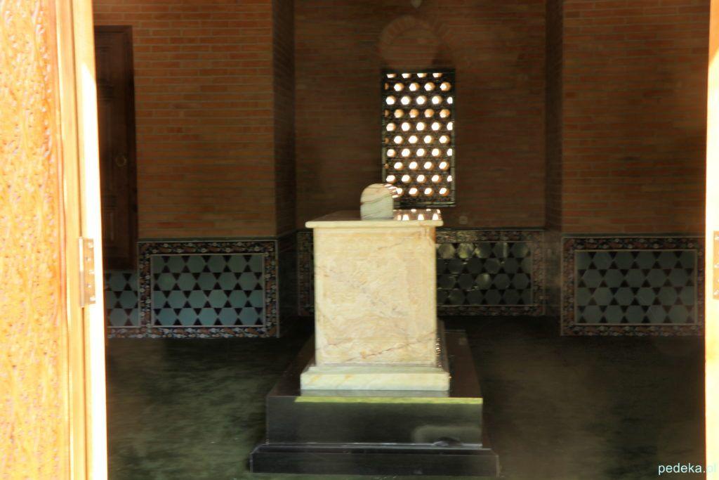 Wewnątrz mauzoleum w tym samym kompleksie