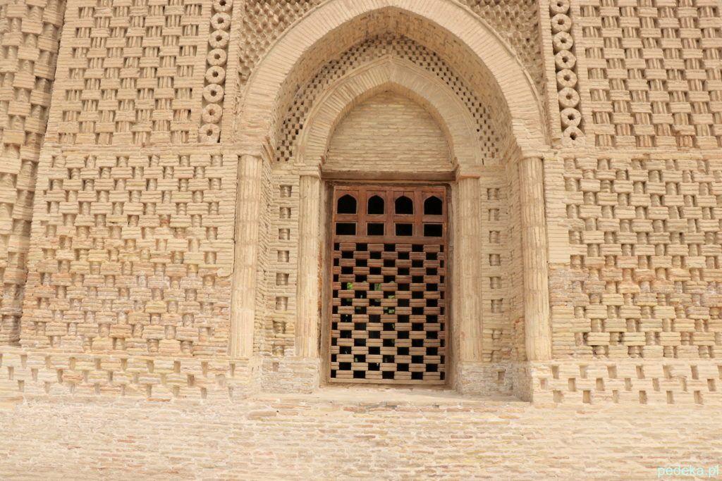 Portal i ażurowy układ cegieł