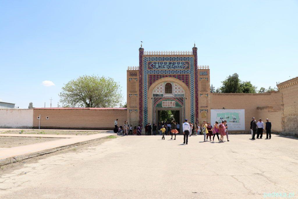 Wycieczka po okolicach Buchary. Wejście na teren pałacu chana