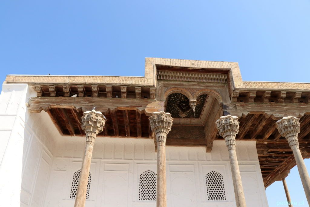 Buchara. Kolumny przed meczetem