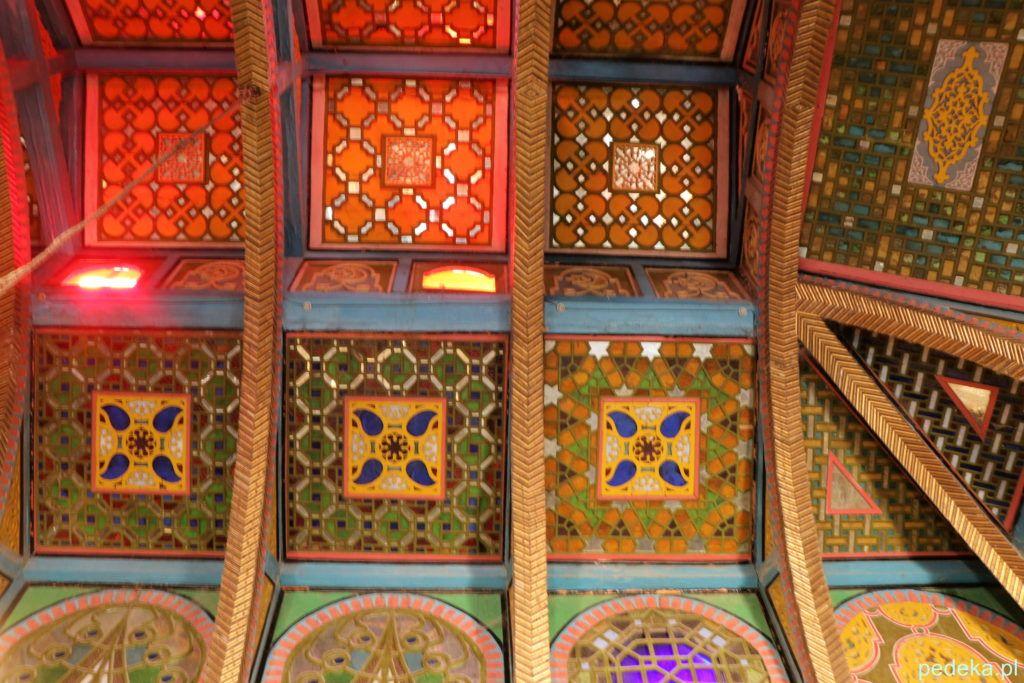 Dekoracyjny sufit w kolejnym pokoju