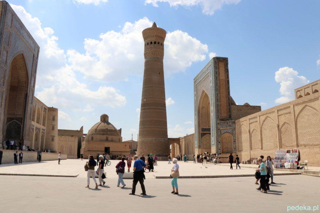 Piękny, stary minaret, z jednej strony meczet, z drugiej medresa