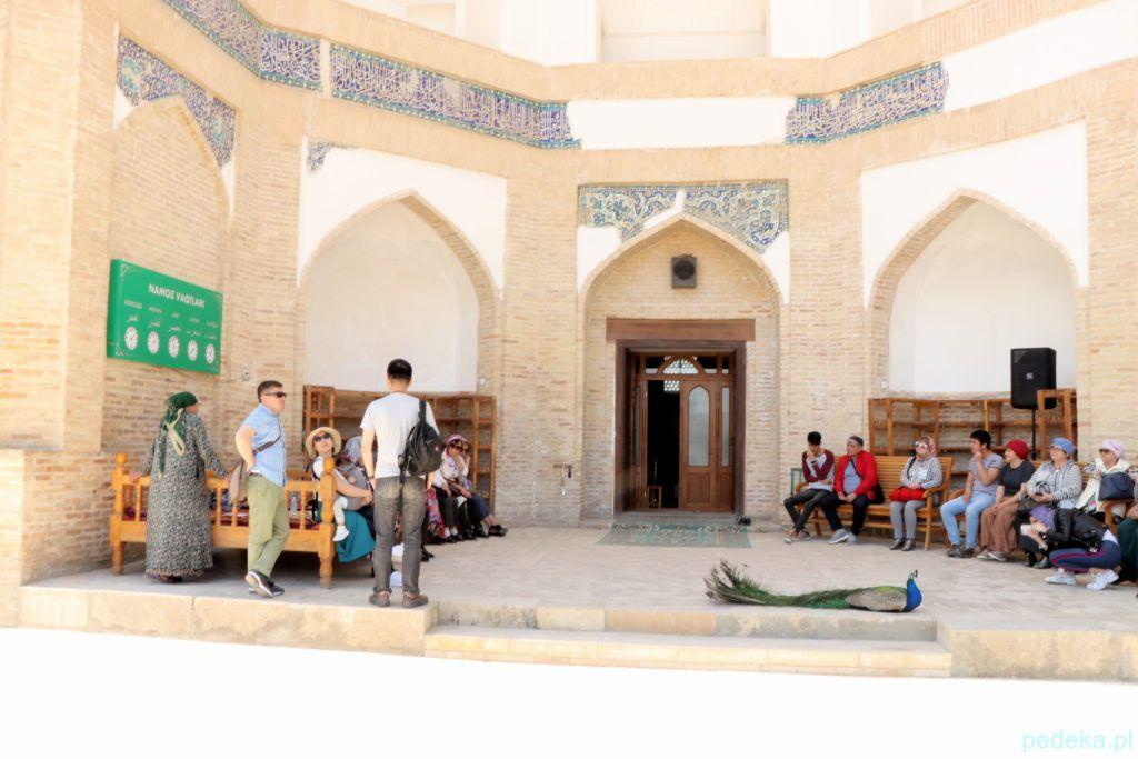 Wycieczka po okolicach Buchary. Wejście do meczetu
