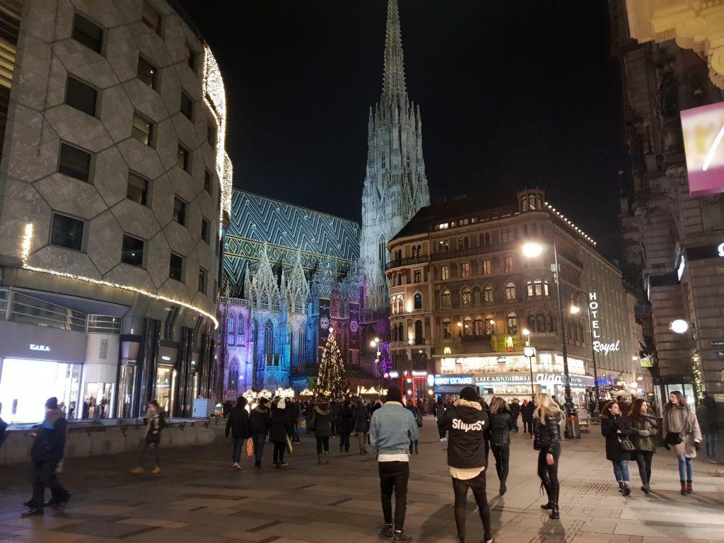 Jeden dzień w Wiedniu. okolice katedry w nocy