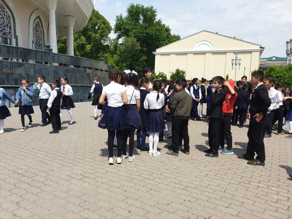 Taszkient. Dzieci przed muzeum