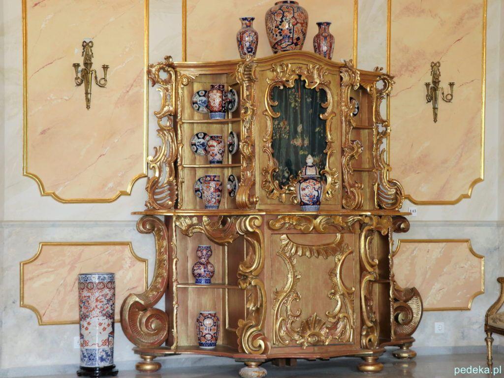 Ozdobny kredens w pałacu w Łomnicy