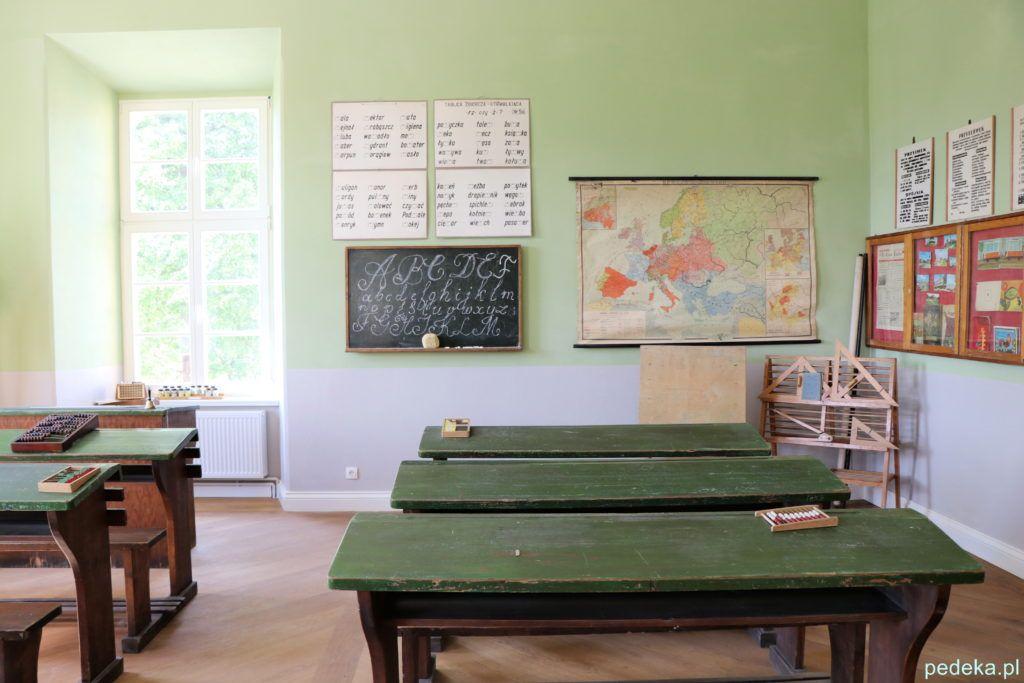 Dawna szkolna klasa w pałacu w Łomnicy