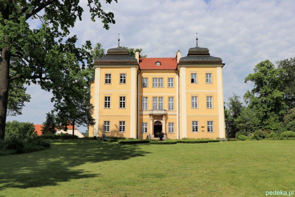 Pałac w Łomnicy z zewnątrz