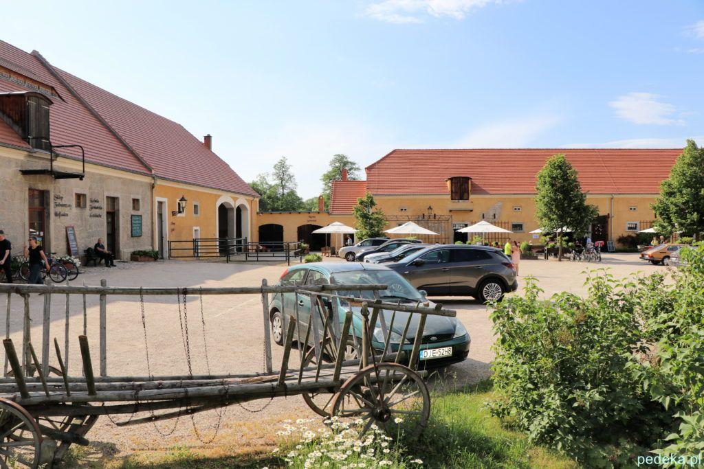 Pałac w Łomnicy. Zabudowania gospodarcze z restauracją i sklepami