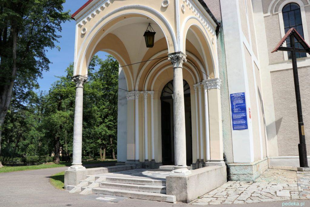 Kruchta kościoła w Mysłakowicach z kolumnami pochodzącymi z Pompei