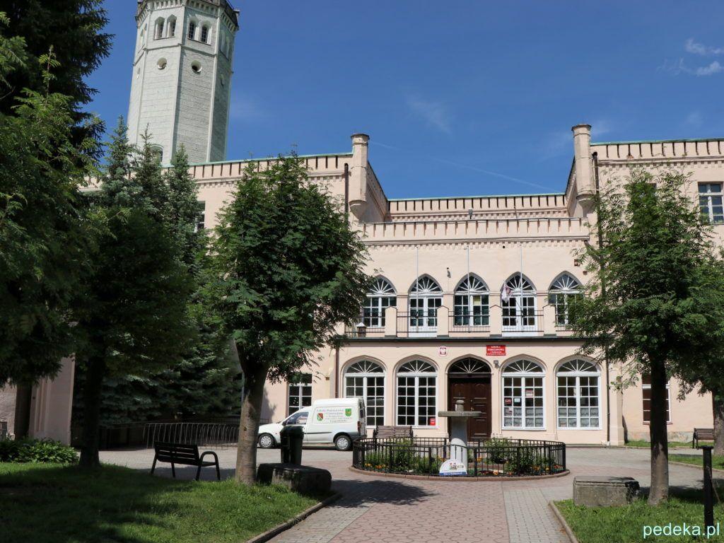 Pałac w Mysłakowicach, dziś szkoła, widok od strony bramy wejściowej