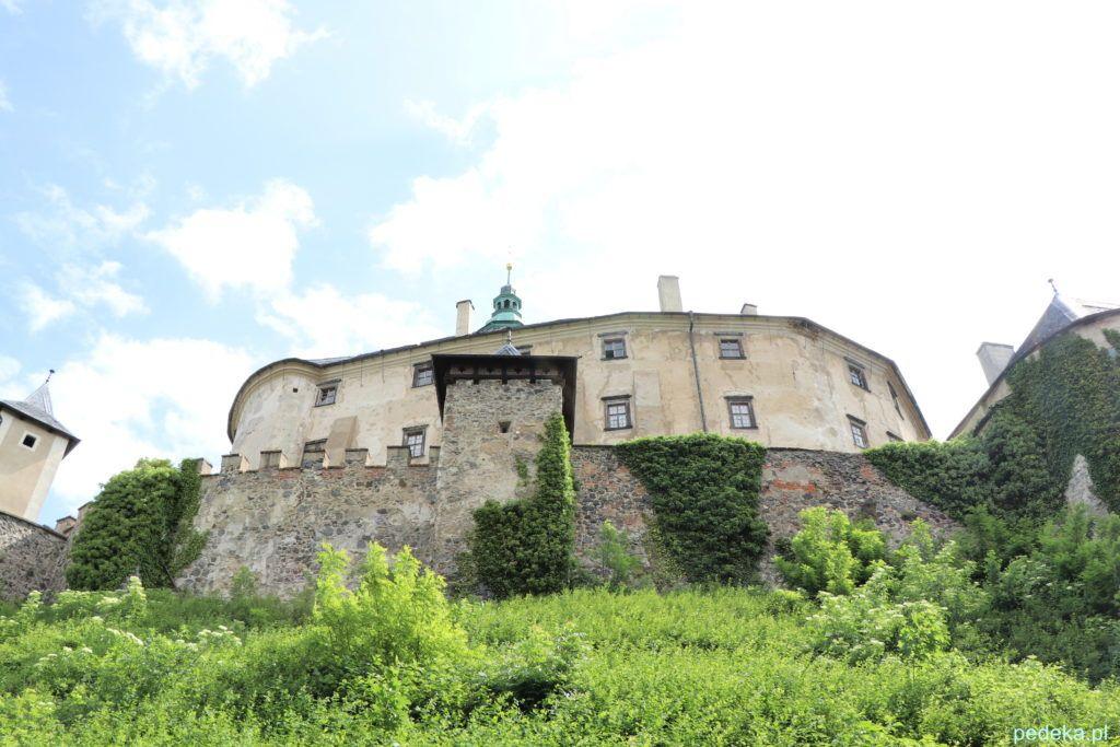 Zamek Frydlant w Czechach. Zamek podczas spaceru wokół niego