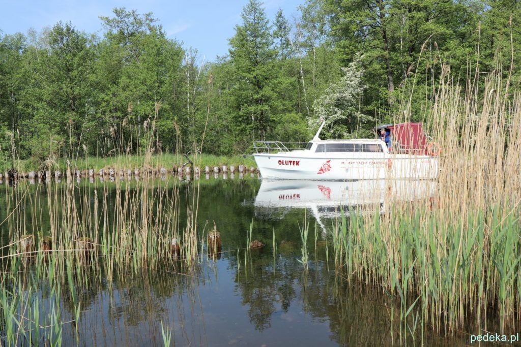 Węgorzewo, jacht w drodze nad jezioro