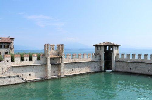 Wieżyczki i mury w wodzie zamku w Sirmione