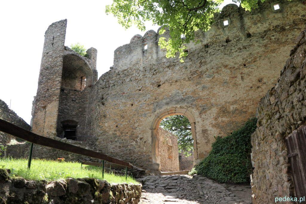 Zamek Chojnik. Mury zamkowe i fragment wieży
