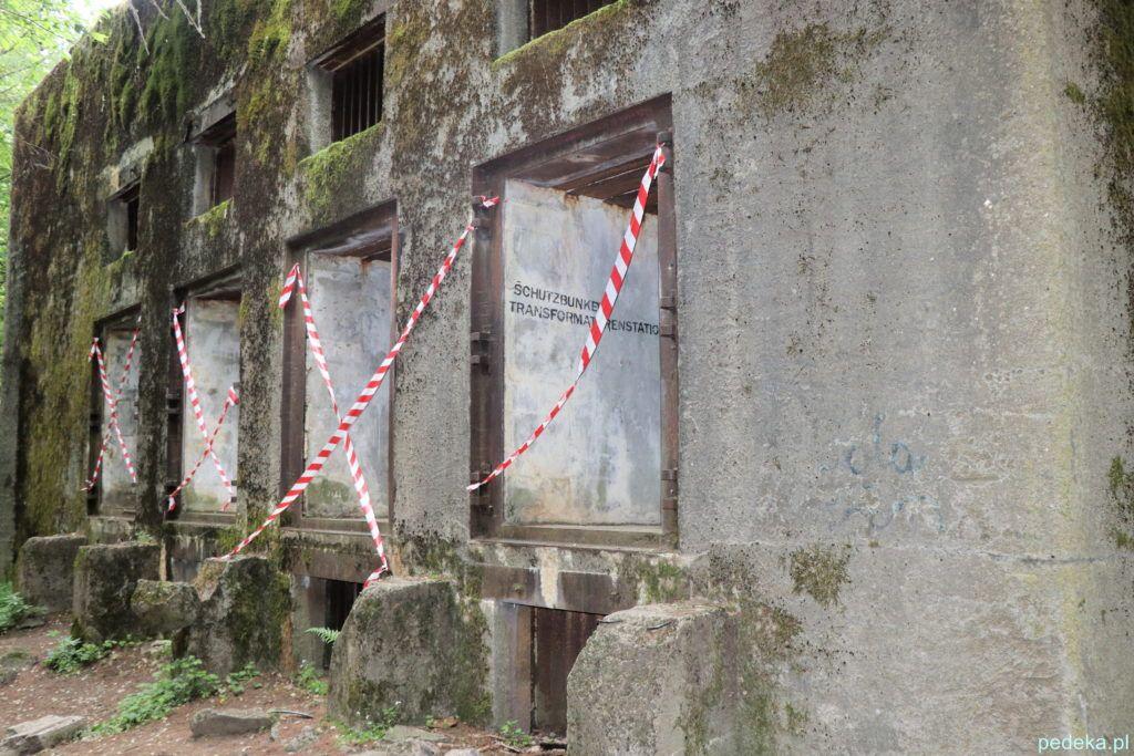 Na tym zdjęciu widać, jak grube były ściany bunkra