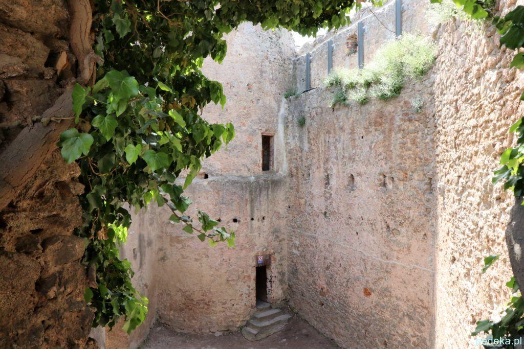 Zamek Chojnik. Grube zamkowe mury