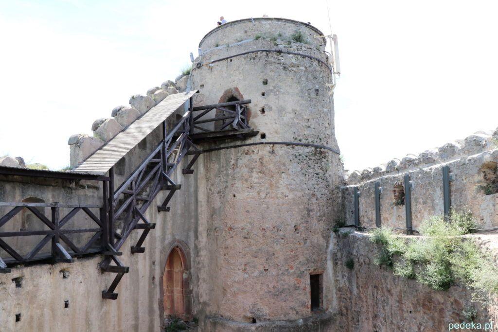 Wieża zamkowe i prowadzące do niej wejście