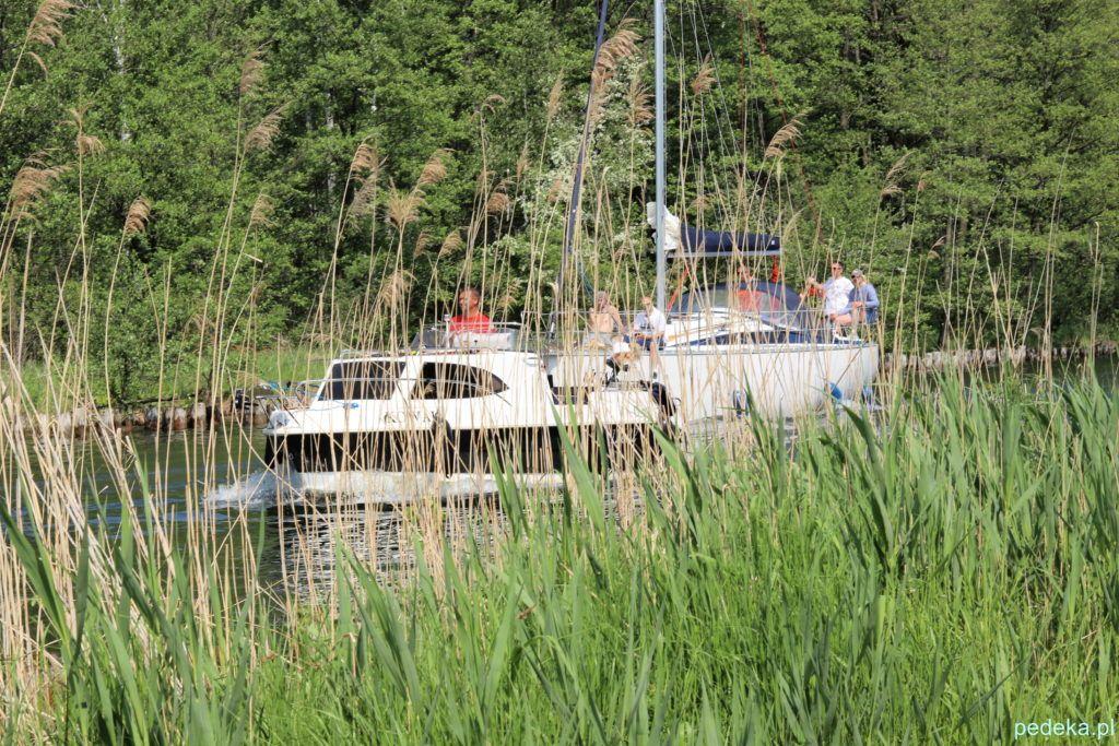 Węgorzewo. Kolejna żaglówka w drodze na jezioro