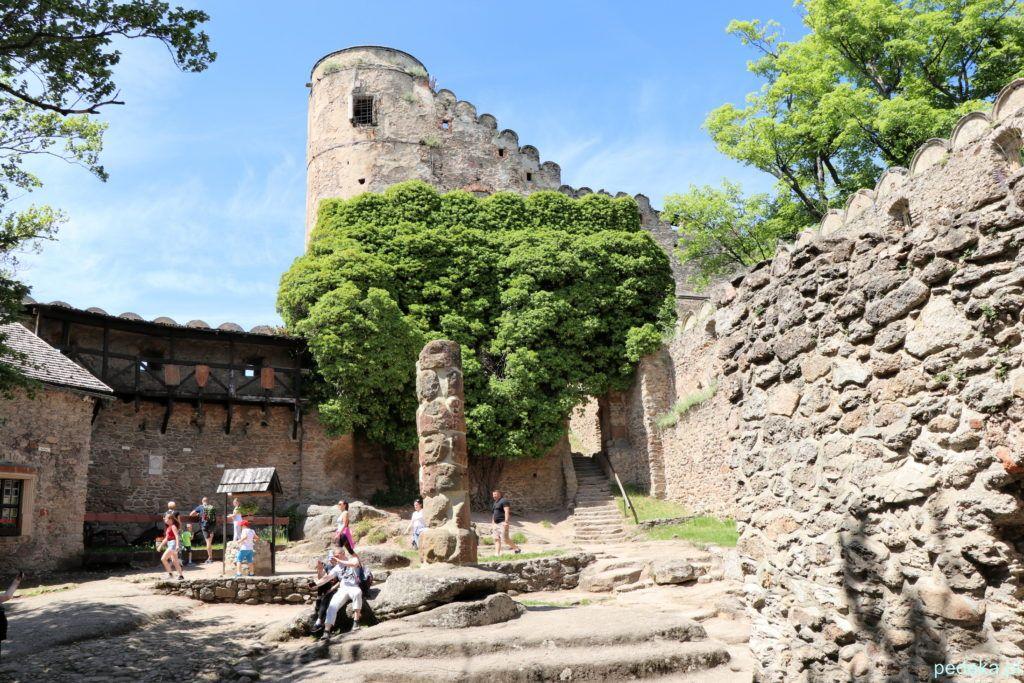 Zamek Chojnik. Pierwszy dziedziniec