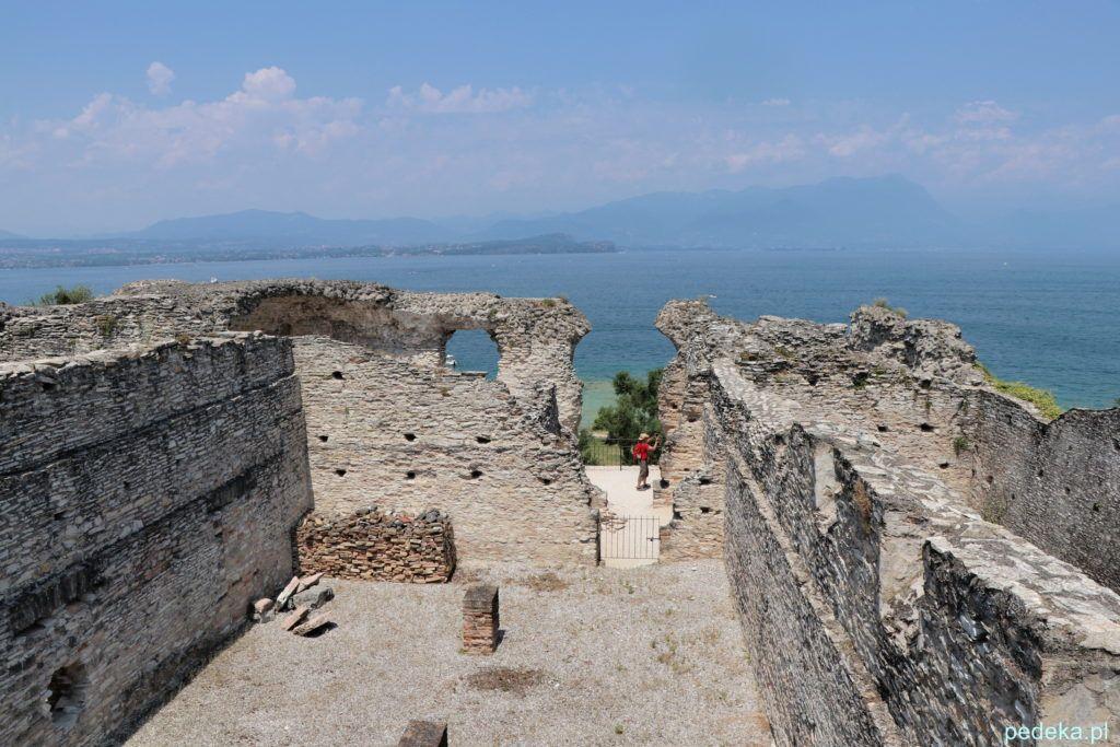 Ruiny z czasów rzymskich z jezieorem w tle