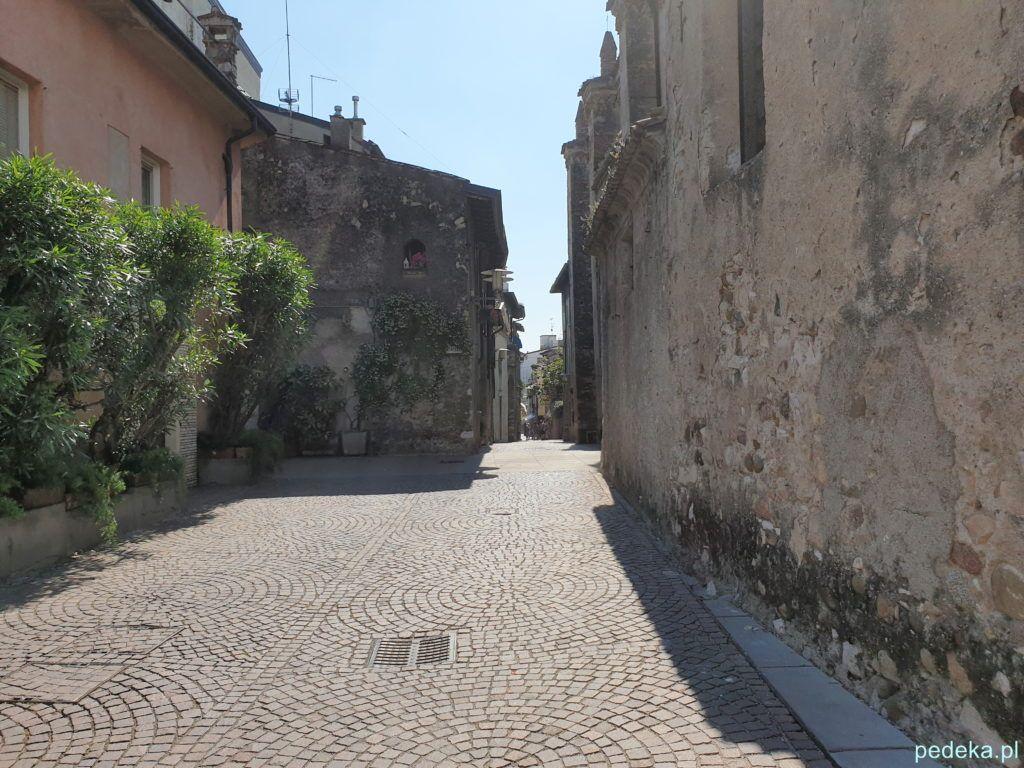 Wąska uliczka w Sirmione