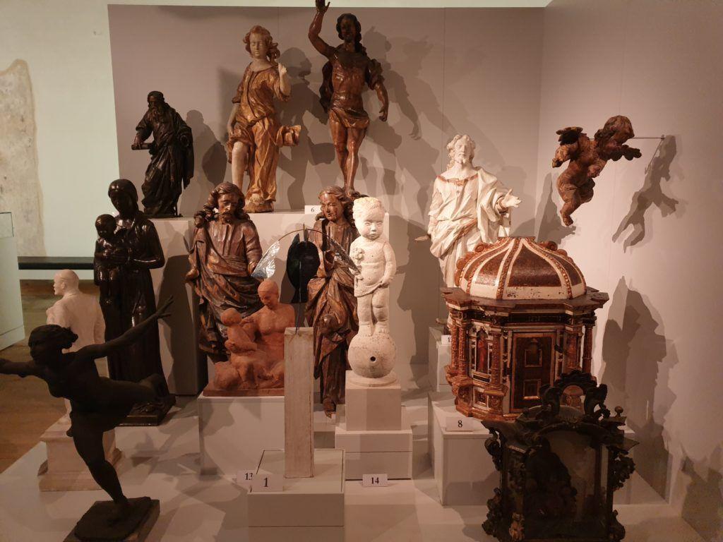 Rzeźby w muzeum