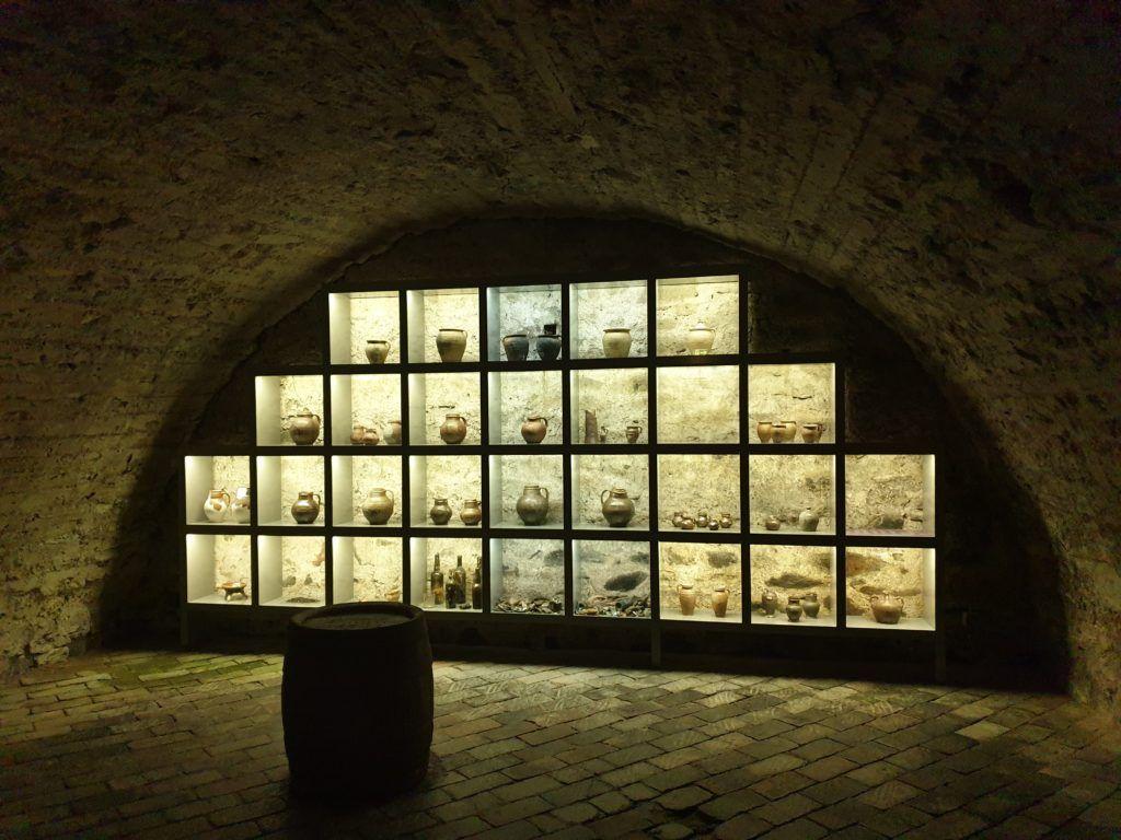 Wystawa naczyń w piwnicy muzeum